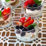 Copinhos de Iogurte grego com Granola e Frutos vermelhos (receita também em video)