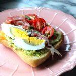Tostadas com Puré de Abacate, Presunto, Tomate e Ovo