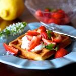 Waffles com Morangos Marinados