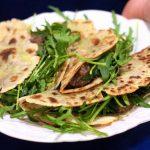 Chiili Rápido com Feijão preto em Tortilhas com Rucula e Abacate