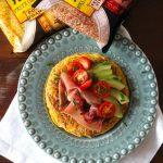 Tortilha Fusion de Pasta Oriental com Abacate, Tomate e Presunto