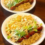 Taça de Quinoa com Peito de Frango com Mostarda e Salada de Couve, Maçã e Cenoura