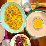 Esparguete com Noodles de Cenoura, Ervilhas e Peru Salteado