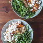 Salada Quente de Arroz Integral, Abóbora Assada, Rucula e Queijo Feta