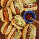 """""""Buns"""" com Frango Frito, Salada de Couve e Molho Sweet Chilli"""